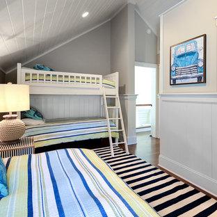 Esempio di una cameretta per bambini da 4 a 10 anni costiera di medie dimensioni con pareti grigie, pavimento in laminato e pavimento marrone