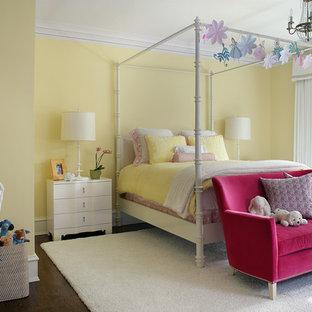 Idéer för stora vintage flickrum kombinerat med sovrum och för 4-10-åringar, med gula väggar och mörkt trägolv