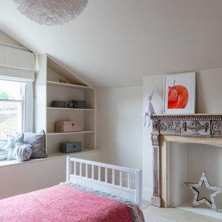 Ispirazione per una piccola cameretta per bambini da 4 a 10 anni minimal con pareti beige, moquette e pavimento rosso