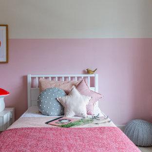 Foto di una piccola cameretta per bambini da 4 a 10 anni minimal con pareti beige, moquette e pavimento rosso