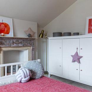 Kleines Modernes Kinderzimmer mit Schlafplatz, beiger Wandfarbe, Teppichboden und rotem Boden in London