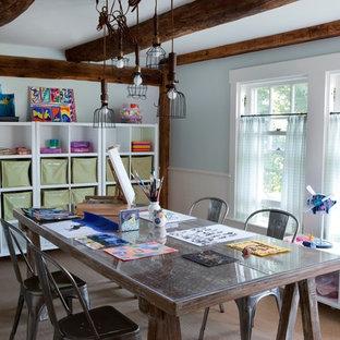 Exempel på ett lantligt könsneutralt barnrum kombinerat med skrivbord, med blå väggar och heltäckningsmatta