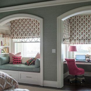 Idee per una grande cameretta per bambini classica con pareti grigie, parquet scuro e pavimento marrone