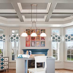 Ispirazione per una grande cameretta per bambini chic con pareti beige, pavimento in legno massello medio e pavimento marrone