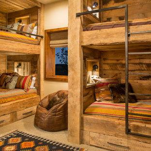 Свежая идея для дизайна: нейтральная детская в стиле рустика с спальным местом, бежевыми стенами и ковровым покрытием для ребенка от 4 до 10 лет - отличное фото интерьера
