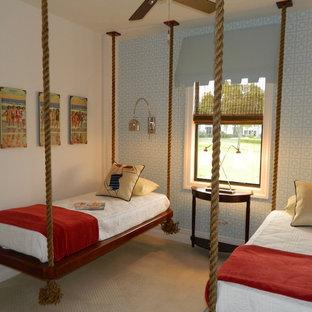 Inredning av ett exotiskt mellanstort könsneutralt barnrum kombinerat med sovrum, med vita väggar, heltäckningsmatta och beiget golv