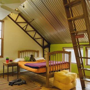 Esempio di una cameretta da letto industriale con pareti multicolore