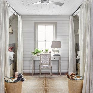 Inredning av ett maritimt mellanstort flickrum kombinerat med sovrum och för 4-10-åringar, med vita väggar, mellanmörkt trägolv och brunt golv