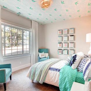 Inspiration för klassiska barnrum kombinerat med sovrum, med heltäckningsmatta och grå väggar