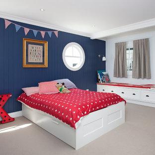 Inspiration för maritima barnrum kombinerat med sovrum, med flerfärgade väggar
