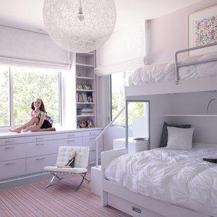 Modelo de dormitorio infantil actual, de tamaño medio, con paredes grises y suelo de madera pintada