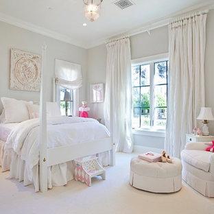 Immagine di una cameretta per bambini da 4 a 10 anni classica di medie dimensioni con pareti grigie, moquette e pavimento bianco