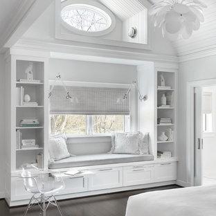 Diseño de dormitorio infantil tradicional, grande, con paredes blancas, suelo de madera oscura y suelo marrón
