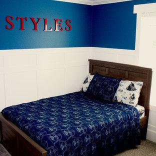 Bild på ett mellanstort lantligt pojkrum kombinerat med sovrum och för 4-10-åringar, med blå väggar och heltäckningsmatta