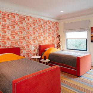 Esempio di una cameretta per bambini bohémian di medie dimensioni con pareti multicolore e parquet scuro