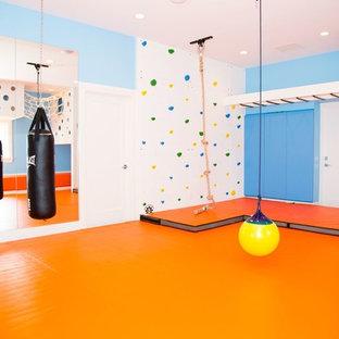 Idéer för mellanstora funkis könsneutrala barnrum kombinerat med lekrum och för 4-10-åringar, med blå väggar och orange golv
