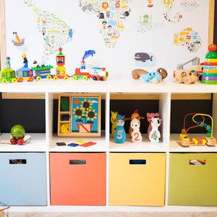 Ispirazione per una cameretta per bambini da 1 a 3 anni contemporanea di medie dimensioni con pareti blu, moquette e pavimento beige