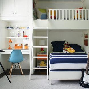 Idee per una cameretta per bambini da 4 a 10 anni design di medie dimensioni con pareti bianche e parquet scuro