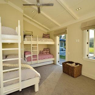 Idéer för lantliga könsneutrala barnrum kombinerat med sovrum, med beige väggar och heltäckningsmatta