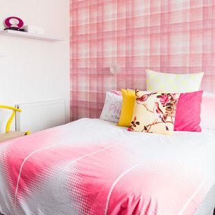 Ispirazione per una cameretta per bambini minimal di medie dimensioni con moquette e pareti multicolore