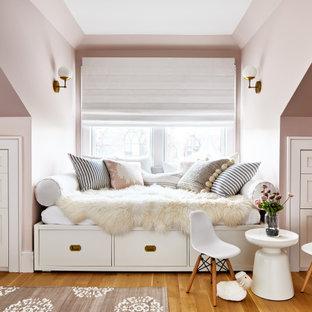 Großes Klassisches Kinderzimmer mit Schlafplatz, rosa Wandfarbe, braunem Holzboden und braunem Boden in Los Angeles