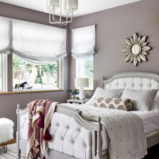 Ejemplo de dormitorio infantil clásico renovado, de tamaño medio, con paredes púrpuras, suelo de madera en tonos medios y suelo marrón