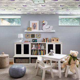Mittelgroßes Klassisches Kinderzimmer mit Spielecke, lila Wandfarbe, braunem Holzboden und braunem Boden in Los Angeles