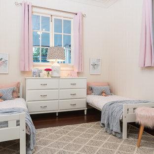 Ejemplo de dormitorio infantil de 1 a 3 años, campestre, con paredes blancas, suelo de madera oscura y suelo marrón