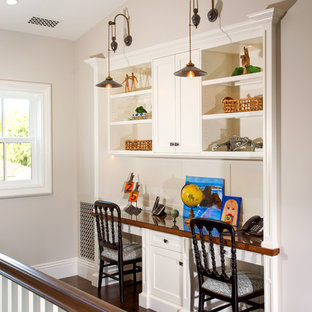 Inspiration for a timeless gender-neutral kids' study room remodel in Los Angeles