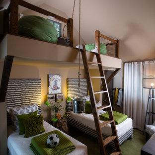 Ejemplo de dormitorio infantil minimalista, de tamaño medio, con paredes beige y moqueta
