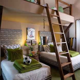 Modelo de dormitorio infantil de 4 a 10 años, contemporáneo, de tamaño medio, con moqueta, suelo verde y paredes multicolor