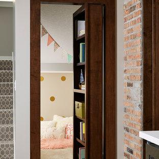 Inspiration för ett stort vintage flickrum kombinerat med lekrum och för 4-10-åringar, med grå väggar, vinylgolv och brunt golv