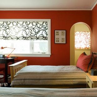 Inspiration för ett mellanstort funkis könsneutralt barnrum kombinerat med sovrum och för 4-10-åringar, med röda väggar och mellanmörkt trägolv