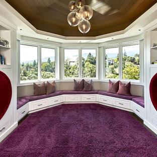 Idéer för att renovera ett stort funkis flickrum kombinerat med lekrum och för 4-10-åringar, med grå väggar, mellanmörkt trägolv och lila golv