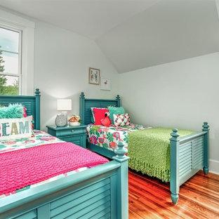Ispirazione per una cameretta per bambini da 4 a 10 anni stile americano di medie dimensioni con pareti bianche, parquet scuro e pavimento marrone