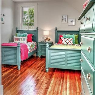 Idées déco pour une chambre d'enfant de 4 à 10 ans craftsman de taille moyenne avec un mur blanc, un sol en bois foncé et un sol marron.