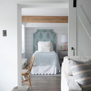 Idee per una cameretta per bambini country di medie dimensioni con pareti grigie, pavimento in legno massello medio, pavimento grigio e pareti in perlinato