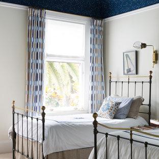 Immagine di una cameretta per bambini da 4 a 10 anni classica con moquette, pareti beige e pavimento beige