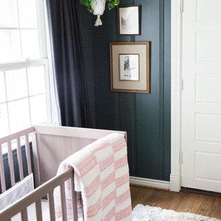 Idée de décoration pour une petit chambre d'enfant de 1 à 3 ans bohème avec un mur gris, un sol en bambou et un sol marron.