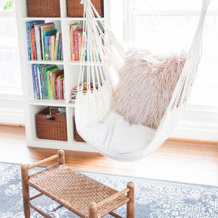 Foto på ett mellanstort eklektiskt flickrum kombinerat med sovrum och för 4-10-åringar, med gröna väggar, bambugolv och brunt golv