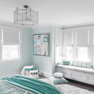 Inspiration för ett mellanstort maritimt barnrum kombinerat med sovrum, med blå väggar, mörkt trägolv och brunt golv