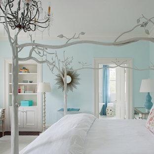 Ejemplo de dormitorio infantil tradicional con paredes azules