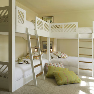 Idéer för att renovera ett tropiskt könsneutralt barnrum kombinerat med sovrum, med beige väggar, heltäckningsmatta och beiget golv