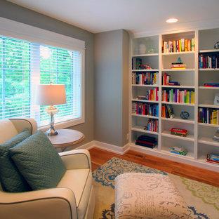Diseño de dormitorio infantil de estilo americano, grande, con escritorio, paredes grises y suelo de madera clara