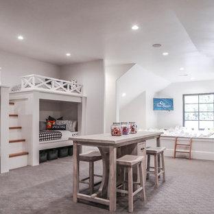 Inspiration för ett stort medelhavsstil könsneutralt barnrum, med vita väggar, heltäckningsmatta och grått golv