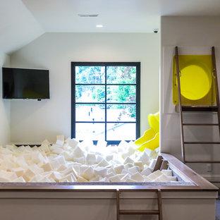 Diseño de dormitorio infantil de 4 a 10 años, mediterráneo, grande, con paredes blancas, moqueta y suelo gris