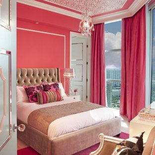 Modern inredning av ett barnrum, med rosa väggar