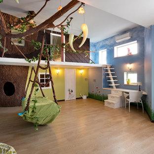 Foto de dormitorio infantil actual con paredes azules y suelo de madera clara