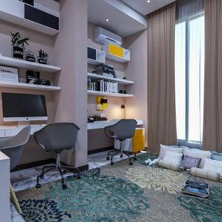 Idéer för ett litet modernt könsneutralt tonårsrum kombinerat med skrivbord, med beige väggar, klinkergolv i porslin och vitt golv