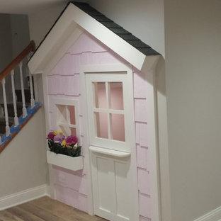 Idee per una piccola cameretta per bambini da 4 a 10 anni stile americano con pareti rosa, pavimento in laminato e pavimento marrone
